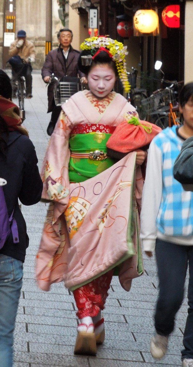 Maiko on her way to an appointment