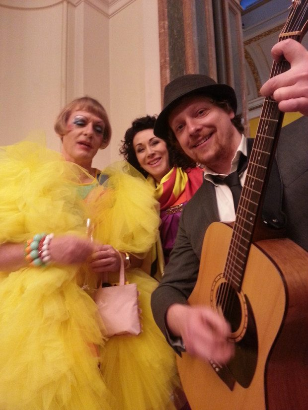 5 Helen and Grayson perry being photo bombed by a musician